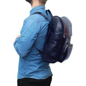 leder rucksack mit haken verschluss blau outfit Mann