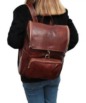 leder rucksack mit haken verschluss braun outfit Mädchen