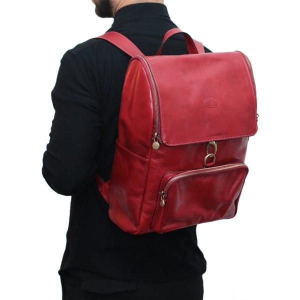 leder rucksack mit haken verschluss rot outfit Mann