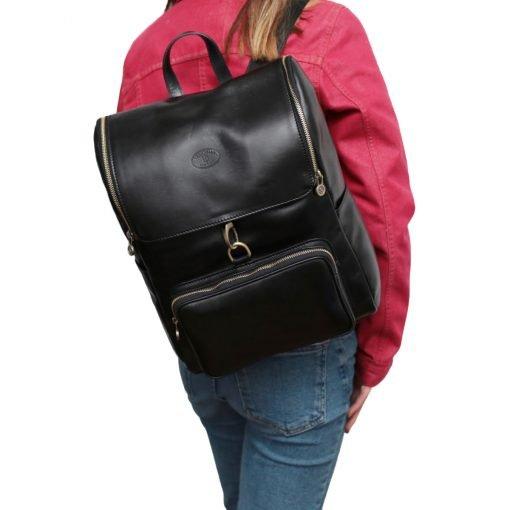 leder rucksack mit hakenverschluss schwarz outfit