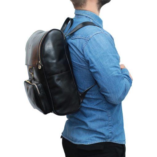 leder rucksack mit hakenverschluss schwarz outfit mann