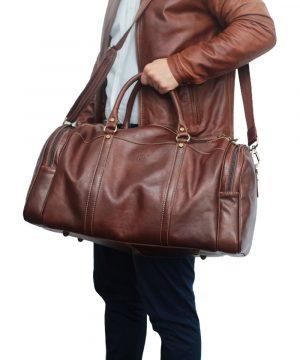 reisetaschen aus leder braun mit rollen outfit mann